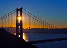 Solnedgången över guld- utfärda utegångsförbud för överbryggar Royaltyfria Bilder