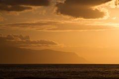 Solnedgången över havet färgade himmel i sepia Arkivfoton