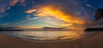 Solnedgången över havet med tropiskt gömma i handflatan royaltyfria bilder