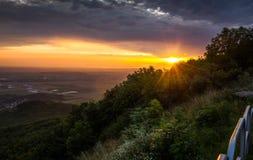 Solnedgången över landskap Arkivbilder