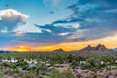 Solnedgången över Papago parkerar Fotografering för Bildbyråer
