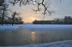 Solnedgången över snow landskap. Arkivbilder
