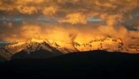 Solnedgången av Meri Snow Mountain royaltyfria foton