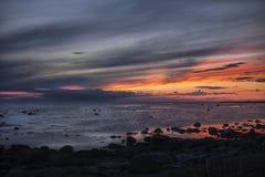 Solnedgången avviker solen över havet Arkivbilder