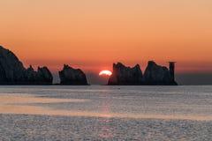 Solnedgången bak visare vaggar Arkivbild