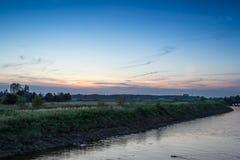 Solnedgången bland betar Royaltyfri Fotografi