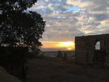 Solnedgången bland fördärvar Arkivbilder