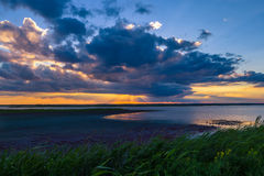 Solnedgången efter regnar arkivfoto