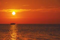 Solnedgången eller soluppgång med gömma i handflatan och skeppet i Maldivernaen, exotiska destinationer för ferie eller bröllopsr royaltyfria bilder
