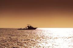 Solnedgången eller soluppgång med gömma i handflatan och skeppet i Maldivernaen, exotiska destinationer för ferie eller bröllopsr fotografering för bildbyråer
