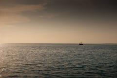 Solnedgången eller soluppgång med gömma i handflatan och skeppet i Maldivernaen, exotiska destinationer för ferie eller bröllopsr arkivfoton