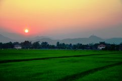 Solnedgång med berg Royaltyfri Bild