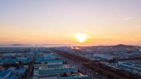 Solnedgången för den flyg- sikten av det industriellt parkerar incheon Seoul, Korea Arkivfoto