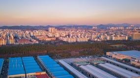 Solnedgången för den flyg- sikten av det industriellt parkerar incheon Seoul, Korea Royaltyfria Bilder
