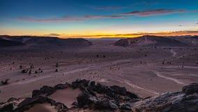 Solnedgången för den Sahara öknen på berget vaggar i den marockanska delen av den Sahara öknen Royaltyfri Foto