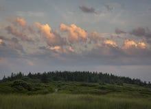 Solnedgången fördunklar över en Maine Beach Hilltop royaltyfri foto