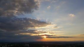Solnedgången fördunklar över staden Royaltyfria Bilder