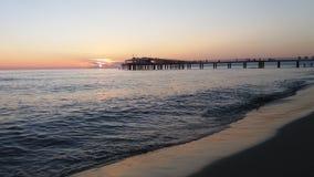 Solnedgången i är på Pontile Lido Camaiore Royaltyfri Fotografi