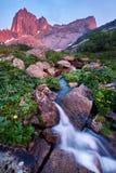 Solnedgången i berg near floden Solljus reflekterat på bergblast Guld- ljus från himmel reflekterade i en bergflod Ergaki royaltyfri fotografi