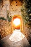 Solnedgången i byn av Monteriggioni, Siena, Italien Arkivfoton