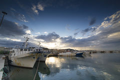 Solnedgången i fiskehamnen av San Benedetto del Tronto royaltyfria bilder