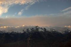 Solnedgången i fjällängbergen Arkivfoto