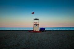 Solnedgången i lagun här är fyren på ön av Murano - Venedig Royaltyfri Foto