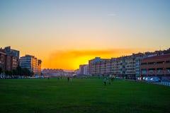 Solnedgången i parkerar av frihetsdrevet Parque Tren de la Libertad, kallat Solaron, i Gijon, Asturias, Spanien royaltyfria foton
