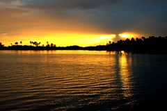 Solnedgången i Tuamotuen är Arkivbilder