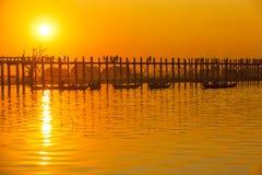Solnedgången i U Bein överbryggar, Myanmar Royaltyfria Foton