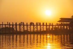 Solnedgången i U Bein överbryggar, Myanmar Arkivbilder