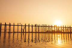 Solnedgången i U Bein överbryggar, Myanmar Royaltyfri Foto