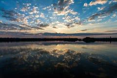 Solnedgången i Vesteralen öar seglar utmed kusten med sceniska moln och reflexionen på det glansiga vattnet Fotografering för Bildbyråer