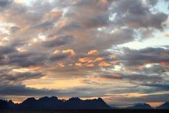 Solnedgången lofoten in öar royaltyfri fotografi