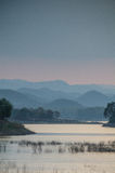 Solnedgång med berg Fotografering för Bildbyråer