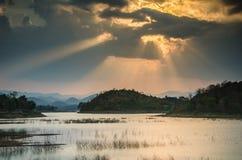 Solnedgång med berg Arkivbilder