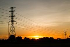 Solnedgången med den elektriska överföringen står hög Royaltyfri Fotografi