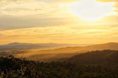 Solnedgången med en molnig bakgrund Royaltyfri Fotografi