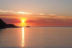 Solnedgången med fartyget och solen på Fannie skäller Arkivbild