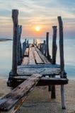 Solnedgången med gammalt fördärvar av pir Royaltyfri Fotografi