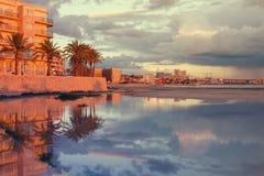 Solnedgången med reflexioner kan in Pastilla, Mallorca, Spanien Royaltyfri Fotografi