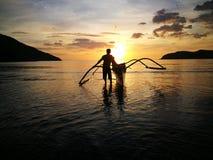 Solnedgången och båtuthyraren royaltyfria bilder