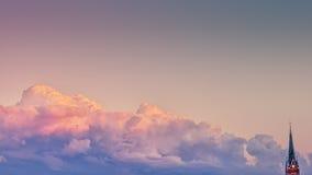Solnedgången och kyrkan Arkivfoton