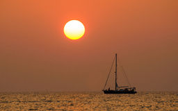 Solnedgången och seglar Royaltyfri Fotografi