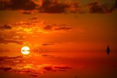 Solnedgång i det karibiskt precis för mörker Royaltyfria Bilder