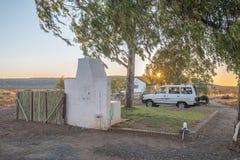 Solnedgången på den Kambro husvagnen parkerar nära Britstown Arkivbilder