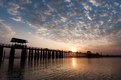 Solnedgången på Uen Bein överbryggar, Myanmar Arkivbild