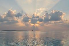 Solnedgången på den Maldiverna ön, lyxiga vattenvillor tillgriper royaltyfri bild