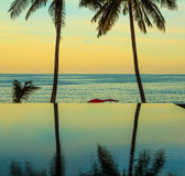Solnedgången på den populära semesterorten Royaltyfri Bild