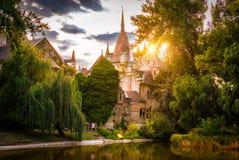 Solnedgången på den Vajdahunyad slotten som lokaliseras i staden, parkerar i Budapest arkivbild
